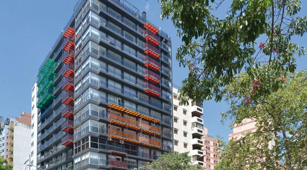 EDIFICIO BADER Una obra reciente del arquitecto Miguel Ángel Roca, ubicada en la importante esquina de avenida Arturo Illía y Bulevar Chacabuco, que se encuentra en la etapa de terminación.
