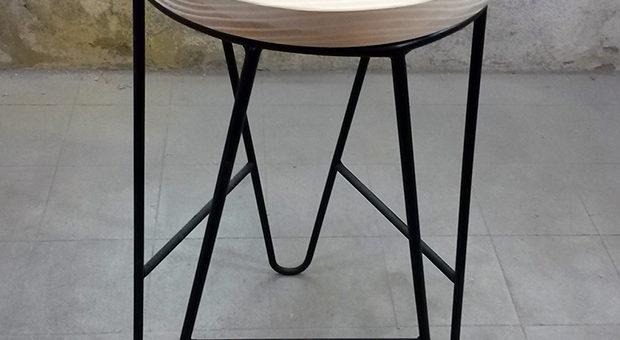 Banqueta de hierro macizo con asiento de pino