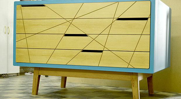 Estructura de pino, revestida en mdf y laqueado. Hecho a medidapedido para guardar obras de arte