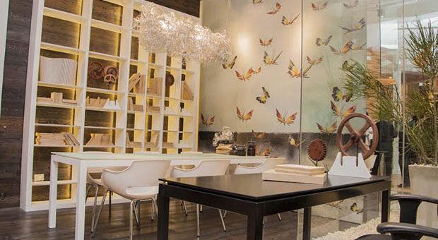 """""""HOME OFFICE"""" de Diana Gradel y Eliana Gradel.  Un espacio en donde pueden convivir el escritorio, la mesa de reuniones y un pequeño espacio verde."""