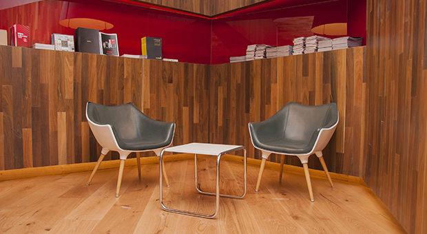 """""""ESPACIO EMPRESAS"""" de Viale Arquitectos.  Espacio que juega con las formas naturales de las maderas y sus direcciones."""