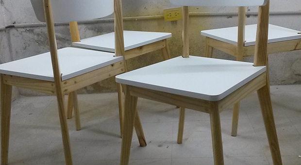 Sillas en pino con trabajo en respaldo y asiento con encurvado artesanal