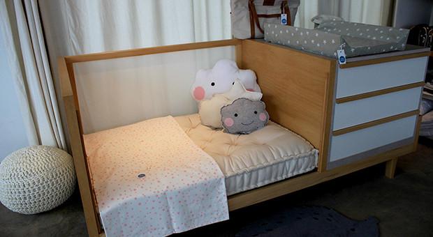 Este tipo de cama hecha en guatambú y melamina cumple diferentes funciones que se adaptan a los usos y edades del bebé.