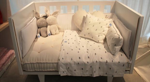Esta cuna laqueada tiene tres funciones: es moisés colecho, cuna y cama para niños.