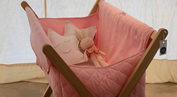 Dulces y pequeños sueños en este catre de guatambú y tela, acompañado con coloridos móviles de papel.